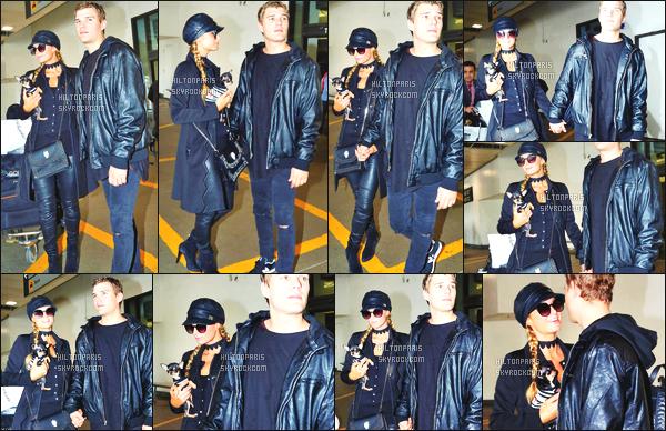------- 19/02/17: Jolie Paris Hilton photographiée arrivant à l'aéroport de LAX  dans la  journée avec Chris -  Los Angeles.  Gros top  pour la tenue simple. Je suis fan de son leggins en cuire. Je ne suis pas trop fan du beret, top pour ses cheveux coiffé en tresse. -------