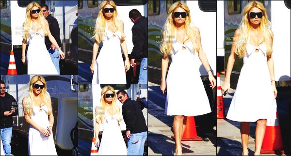 ------- 21/01/07 : Sublime Paris Hilton photographiée  arrivant/quittant    le tournage de Sexy à tout prix à Los Angeles. Petit top pour cette tenue assez simple. J'aime beaucoup cette petite robe simple. Elle est toute belle notre jolie Paris Hilton. Top/Flop?   -------