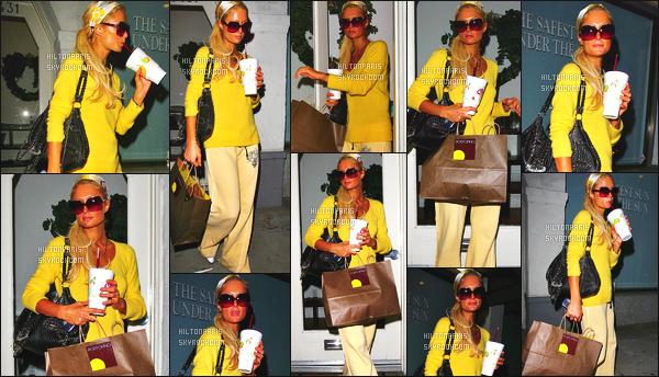 ------- 20/01/07 : La sublime Paris Hilton photographiée tôt dans la soirée quittant une pizzeria -  dans Los Angeles. Petit top pour cette tenue assez simple. J'aime moyen, je trouve cela assez simple et les couleurs  je n'aime pas trop vraiment... Top/Flop? -------