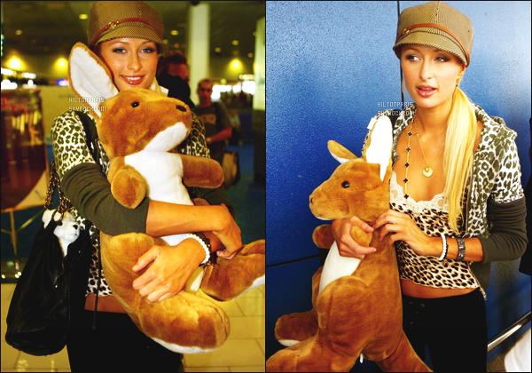 ------- 02/01/07 :  Princesse Paris Hilton photographiée souriante dans la journée arrivant à l'aéroport -  dans Sydney.  Petit top pour la tenue. Elle est toute belle j'adore beaucoup son petit débardeur et cette veste, elle est tellementtoute  mignonne. Top/Flop? -------
