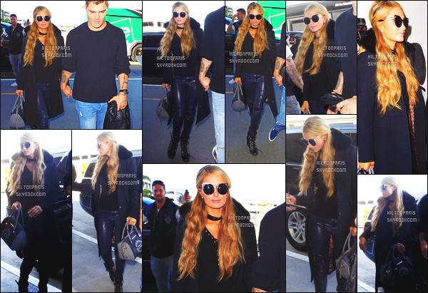 ------- 05/03/17: Jolie Paris Hilton photographiée arrivant à l'aéroport de LAX  dans la  journée avec Chris -  Los Angeles.   Top pour la tenue, elle a fait mieux niveau coiffure je n'aime pas trop ses cheveux bouclés laché. Mais elle est jolie.  J'aime  ses lunettes. -------