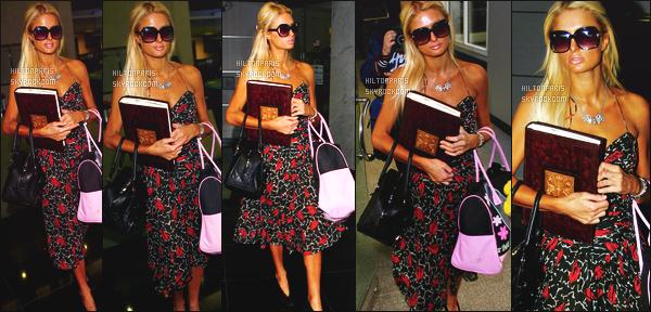 ------- 04/01/07 :   Paris Hilton photographiée  entrain de faire du shopping toute seule à Los Angeles dans la journée. Je préfère largement cette robe sans cette veste. Petit top pour cette sublime robe. Elle est simple et j'adore beaucoup les motifs. Top/Flop?  -------