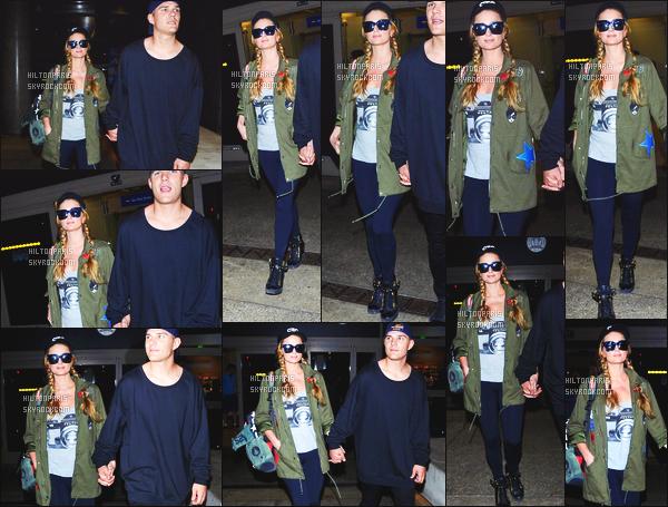 ------- 17/03/17: Jolie Paris Hilton photographiée arrivant à l'aéroport de LAX  dans la  journée avec Chris -  Los Angeles.   J'aime beaucoup cette tenue de belle Paris. Je suis complément fan de la veste, je lui accorde un énorme top la, elle est trop belle Paris. -------