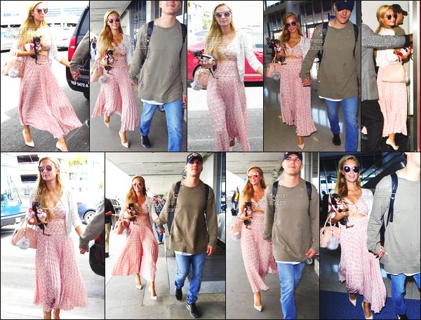 ------- 22/03/17: Jolie Paris Hilton photographiée arrivant à l'aéroport de LAX  dans la  journée avec Chris -  Los Angeles.  Petit top pour la tenue, va vraiment bien à Paris, j'aime trop toute ses couleurs claire. Top pour les boucles d'oreille en or. Elle est jolie.  -------