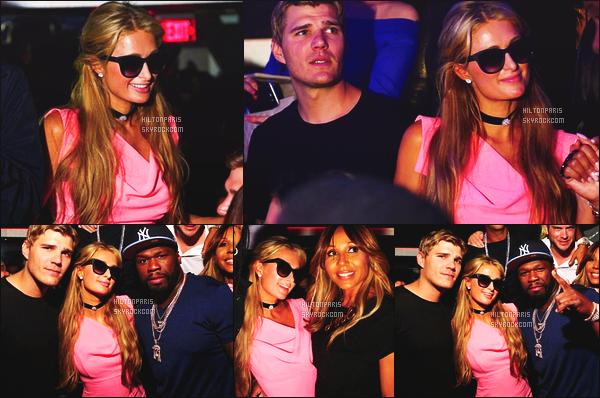 ------- 23/03/17:  La jolie Paris Hilton photographiée  dans la boite de nuit de    Ora  dans la  soirée avec des amis  à Miami. Gros top pour la robe, dommage qu'on ne voit pas la tenue entiére. Elle est souriante, j'adore beaucoup  les photos elle est tres souriante. -------
