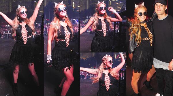 ------- 25/03/17:  Notre sublime Paris Hilton photographiée    au grand festival de Ultra  avec Chris  à  Miami dans la soirée. Gros top pour la robe à frange sombre, elle est tellement belle. J'adore   ses lunettes de soleil. Top pour les chaussures noire. Gros top.  -------