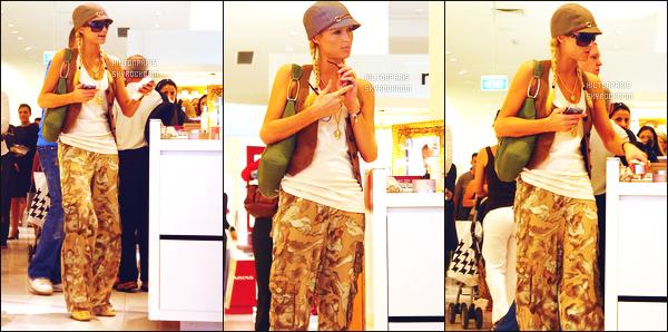 --------  29/12/06  :       Paris Hilton photographiée dans la journée toute seule entrain de faire du shopping - Syndey.   Je met un gros flop pour cette tenue. Elle a deja mieux en candid. Mais j'aime beaucoup  la coiffure en tresse. Elle est mignonne notre Paris.--------