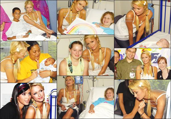 ------- 30/12/06 :   Sublime  Paris Hilton photographiée  allant rendre visite à des enfants à l'hopital  avec Kim -  à Sydney. C'est une tenue adorable et beaucoup simple. J'aime beaucoup se haut simple et ample. Gros top  pour la coiffure tressé. Elle est top aussi.  -------