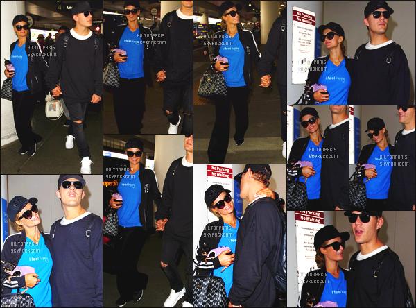 ------- 28/03/17: Jolie Paris Hilton photographiée arrivant à l'aéroport de LAX  dans la  journée avec Chris -  Los Angeles.  Petit top pour cette tenue mais bon cela reste une tenue pour un candid simple. J'aime beaucoup se petit chignon simple et les lunettes. -------