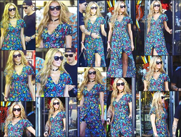 ------- 29/03/17:La princesse Paris Hilton photographiée quittant un salon de tatouage dans la journée - à Los Angeles. Elle est accompagné de son petit ami Chris.Gros  flop pour les motifs de la robe. J'adore beaucoup ses cheveux. Elle aurait pu faire mieux. -------