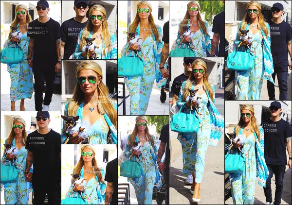 ------- 03/04/17: La princesse Paris Hilton photographiée en promenade dans les rues de Los Angeles dans la journée. Elle est accompagnée de sa chienne et de son petit ami Chris. Petit top pour cette longue robe, j'adore vraiment ses couleurs bleues claires. -------