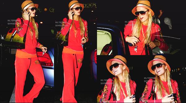 ------- 11/01/07 : Notre jolie Paris Hilton photographiée  dans la journée quittant un salon de coiffure - à  Los Angeles. Petit flop pour cette tenue,  je n'aime pas trop  cette couleur orange qui ne vas pas bien à Paris. Flop pour le sac à main aussi. Big flop.  -------