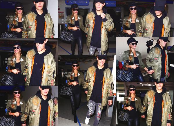 ------- 12/04/17:  Miss Paris Hilton  photographiée arrivant à l'aéroport de LAX avec Chris dans la journée - Los Angeles. J'aime  beaucoupla tenue assez simple. La veste verte va vraiment bien à son haut noire et à son pantalon aussi noire. Top pour la coiffure. -------