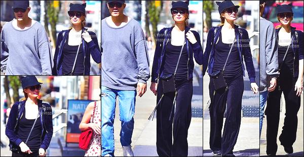 ------- 11/04/17:  La sublime Paris Hilton  photographiée en promenade avec Chris  et Nicky dans la journée à  New York. Gros flop pour la tenue de Paris, je trouve cela simple et je n'aime pas du tout le tissu en velours de cette tenue. Elle aurait pu faire mieux. -------