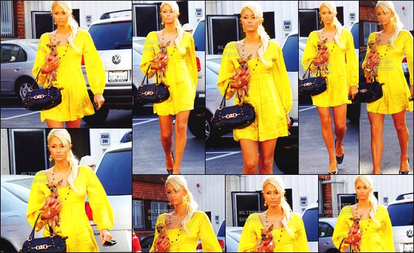 ------- 10/04/07 : La jolie Paris Hilton photographiée  en balade dans la  journée avec sa petite chienne - à Los Angeles.  Au top pour la tenue. J'aime assez cette robe courte qui va bien à notre sublime Paris. J'adore beaucoup la couleur jaune sur mlle Paris.  -------