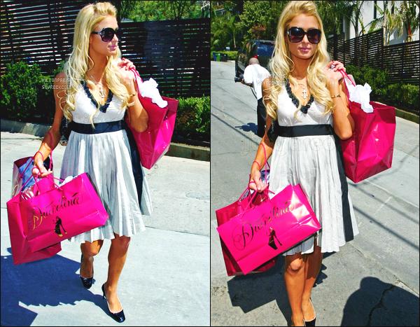 ------- 12/03/07:  Notre belle Paris  Hilton photographiée  entrain de faire du shopping dans la journée -   à Los Angeles.  Elle est toute belle. Je lui accorde un gros top pour cette robe assez simple. Je suis assez fan de ses lunettes. Gros top pour les cheveux.  -------