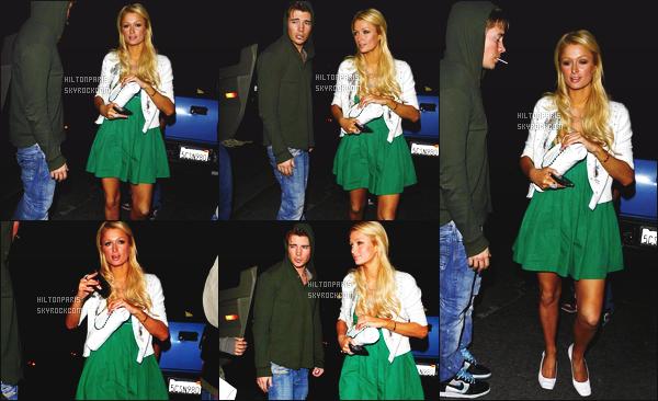 ------- 13/03/07:  Notre sublime Paris  Hilton photographiée   dans la soirée en balade avec son petit ami - Los Angeles. Je lui accorde un gros top pour cette robe verte qui lui va super bien, et puis la veste blanche lui va trop bien à la tenue. J'adore beaucoup.  -------