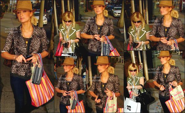 ------- 10/03/07:  Notre belle Paris  Hilton photographiée  entrain de faire du shopping dans la journée -   à Los Angeles. Elle est avec son amie Elisha Cuthbert. Flop pour cette tenue je n'aime pas cette casquette et cette veste léopard.  Les ballerine j'ai  du mal.  -------