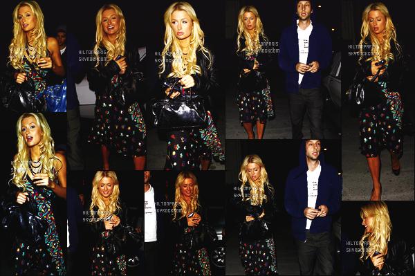 ------- 02/02/07 : Sublime Paris Hilton photographiée  en balade dans la soirée avec son ami  Joel Moore à Los Angeles. Petit top pour cette tenue je n'aime pas trop cette robe fleuri. Miss Paris est tellement sublime avec ses cheveux long, bouclée, gros top la.    -------