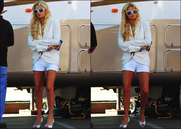 ------- 04/02/07 : Sublime Paris Hilton photographiée  arrivant/quittant    le tournage de Sexy à tout prix à Los Angeles. Petit top pour cette tenue  simple.  Mlle Hilton semble avoir froid, elle est trop mignonne, j'adore trop ses cheveux, et ses lunettes de soleil.    -------