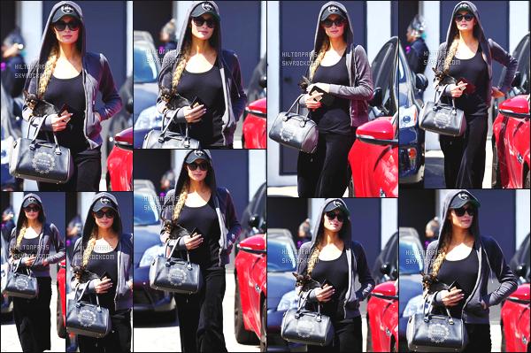 ------- 28/04/17: Sublime Paris Hilton   aperçue   dans les rues dans  Los Angeles dans la journée avec sa petite chienne. Paris est vraiment  belle dans cette tenue toute noire et en tissus doux, Même si c'est assez simple sa reste un candid mais c'est un gros top.  -------