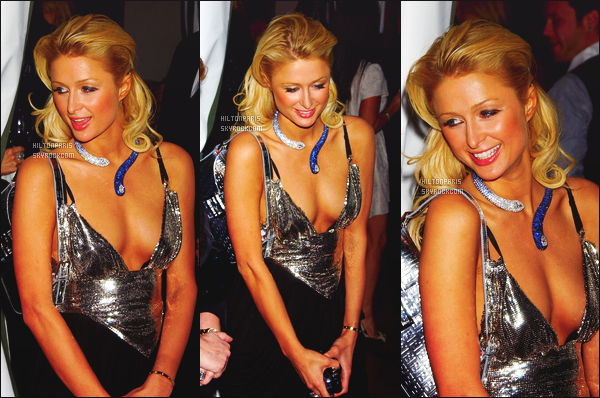 ------- 24/02/07: Mlle Paris  Hilton photographiée  à une fête dans le restaurant Prime Grill  dans la soirée -    Los Angeles.  Paris est toute souriante je suis tellement fan de ses photos. J'adore son haut qui lui rend un coté sexy. Gros top pour le collier en argent.  -------