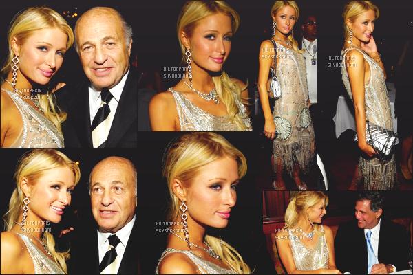 ------- 13/02/07:  Paris  Hilton photographiée  à l'événement Universal Music Grammy Party   dans la soirée -    Los Angeles.  Paris est  souriante je suis tellement fan de ses photos. J'adore la tenue tres simple, mais je trouve la longueur assez longue pour la robe.  -------
