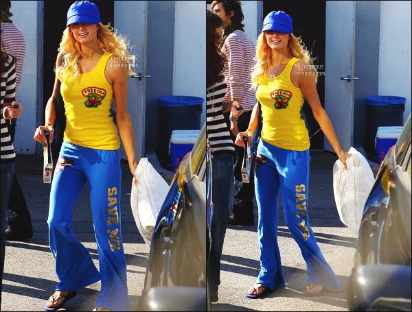 ------- 14/02/07 : Sublime Paris Hilton photographiée  arrivant/quittant    le tournage de Sexy à tout prix à Los Angeles. Petit top pour cette tenue  simple.  Je trouve que c'est trop coloré. J'aime son débardeur jaune simple, petit top quand même pour Paris.    -------