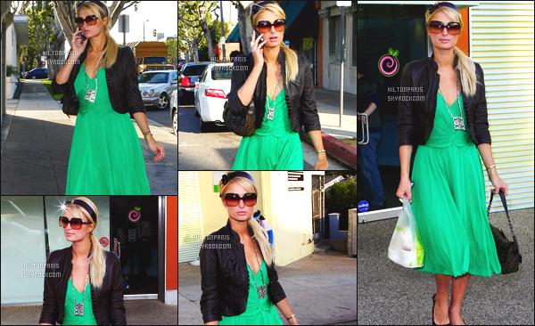 ------- 20/02/07:  Notre belle Paris  Hilton photographiée  entrain de faire du shopping dans la journée -   à Los Angeles.  Je n'aime pas trop cette robe verte. La couleur me dérange assez. Elle a fait tellement mieux. J'adore son   bandeau dans ses cheveux. Top.  -------