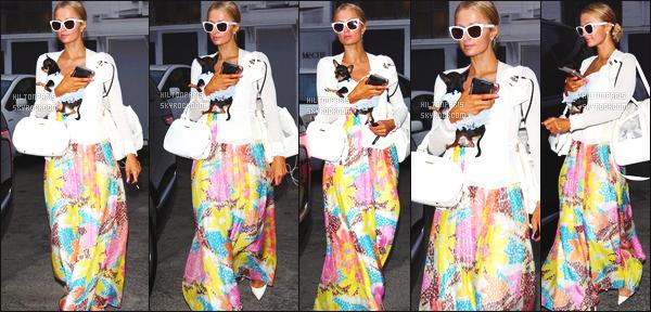 ------- 30/05/17:  Notre belle Paris  Hilton photographiée  entrain de faire du shopping dans la journée -   à Los Angeles.  Elle est accompagnée de sa petite chienne. Je n'aime pas trop cette longue robe rideaux. J'aime cette veste blanche assez simple, gros top.  -------