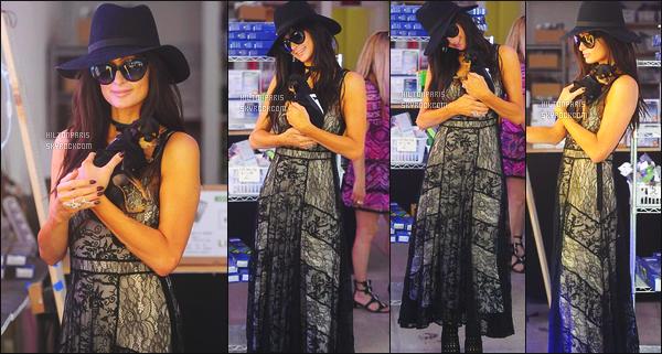 ------- 03/06/17:  Notre belle Paris  Hilton photographiée  entrain de faire du shopping dans la journée -   à Los Angeles. Elle est accompagnée de sa petite chienne. J'aime bien la tenue même si se genre de robe c'est vue et revues. J'adore trop cette perruque.  -------