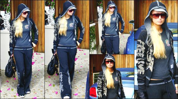 ------- 29/05/07:   Paris  Hilton photographiée  quittant sa maison dans la journée pour passer du temps  à   Los Angeles.  Petit flop pour la tenue je n'aime pas trop son jogging vraiment, Paris a fait  mieux je trouve, en plus je n'aime pas   ses lunettes de soleil.  -------