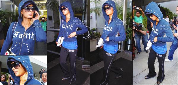 ------- 31/05/07: Notre princesse Paris Hilton photographiée dans la journée en balade dans les rues de    Los Angeles.  Je n'aime pas trop se genre de jogging sur Paris elle aurait pu faire mieux quand même, j'aime bien la veste avec la capuche mais c'est tout. -------