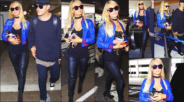------- 08/06/17:  Miss Paris Hilton  photographiée arrivant à l'aéroport de LAX avec Chris dans la journée - Los Angeles. J'aime  beaucoup la tenue assez simple. La veste verte va vraiment bien à son haut noire et à son pantalon aussi noire. Top pour la coiffure. -------
