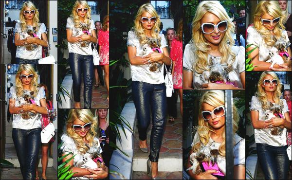------- 28/07/07:  La belle  Paris Hilton  photographiée quittant sa maison dans la journée  avec ses chiens à  Los Angeles.  Gros top pour la tenue, Paris est tellement belle j'adore trop cette  coiffure bouclée. Elle n'est pas trop souriante, elle doit être fatiguée. -------