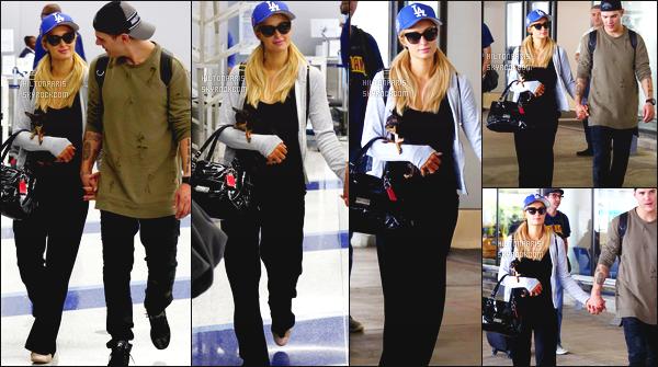 ------- 11/06/17:  Miss Paris Hilton  photographiée arrivant à l'aéroport de LAX avec Chris dans la journée - Los Angeles. J'aime  assez la tenue assez simple. Elle semble un peu fatiguée, mais elle est toujours gentille et merveilleuse. Top pour cette coiffure. -------