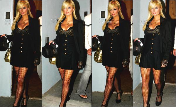 ------- 09/07/07: Belle  Paris Hilton  photographiée quittant sa maison pour aller à une soirée dans la nuit  à Los Angeles.  Gros top pour cette tenue, Paris est tellement belle j'adore trop cette  coiffure lisse, tiré en arriére. Je suis fan de la robe noire tellement. -------