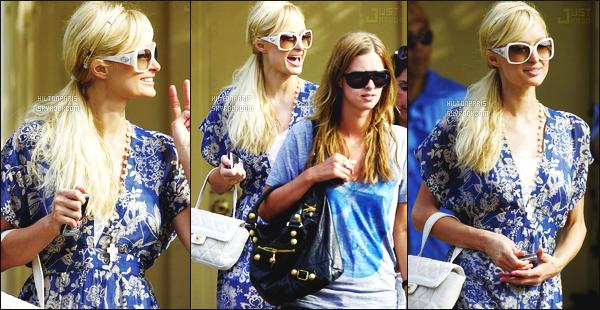 ------- 07/07/07:  Paris Hilton  photographiée accompagnée de sa petite soeur en balade dans les rues de   Los Angeles.  On ne voit pas la tenue complète mais bon c'est quand même un flop, je n'aime pas les couleurs de la tenue, gros top pour ses cheveux. -------