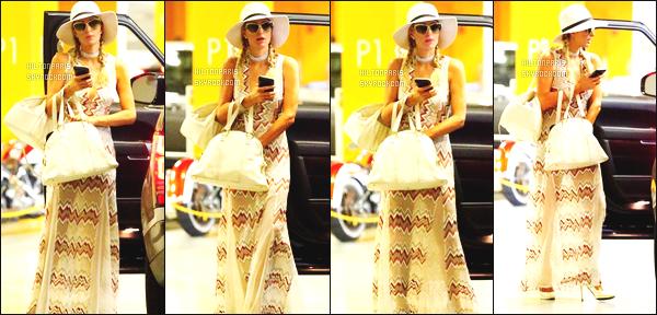 ------- 27/06/17:  La merveilleuse Paris Hilton  photographiée  dans la journée en balade dans les rues de Beverly Hills.  Petit flop pour cette tenue, je n'aime pas trop se genre de robe rideau sur Paris, mais bon tout est assortie. Gros top pour ses  tresses. -------