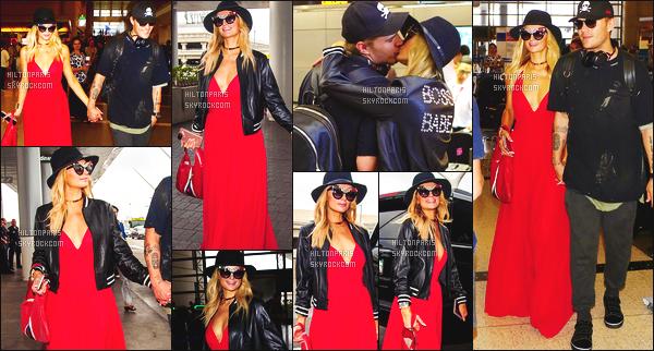 ------- 30/06/17:  Miss Paris Hilton  photographiée arrivant à l'aéroport de LAX avec Chris dans la journée - Los Angeles. J'aime  assez la tenue assez simple. Cette robe rouge si longue lui va tellement bien. Je suis tellement fan aussi de cette veste en cuire. -------