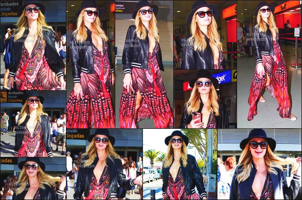 ------- 02/07/17:  Mlle Paris Hilton  photographiée arrivant à l'aéroport d'Ibiza dans la journée toute seule et souriante.  Petit top pour cette tenue ses robes rideaux je sature mais bon. J'adore trop cette veste en cuire toute simple c'est tout à fait mon style. -------