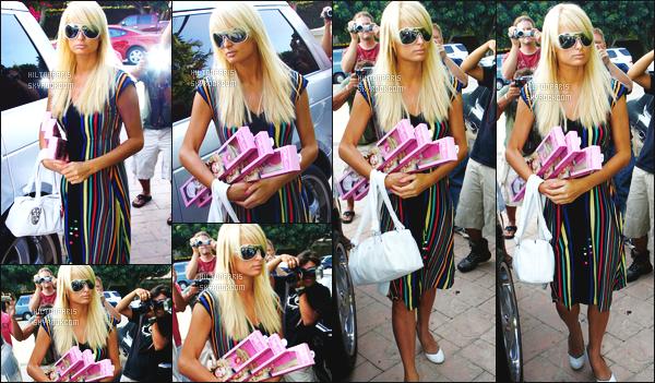 ------- 08/07/07: Belle  Paris Hilton  photographiée entrain de faire du shopping dans la journée seule -  à Los Angeles.   Flop pour cette tenue, je n'aime pas du tout la longueur de la robe et ses couleurs en longueur, Paris a fait tellement mieux vraiment. -------
