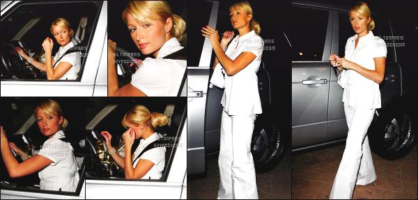------- 06/07/07:    Paris Hilton  photographiée  dans la soirée allant dans une grande soirée toute souriante  -    Los Angeles.  Gros top pour cette tenue toute en blanche. C'est tellement rare de la voir en pantalon aussi classe. Je suis tres fan vraiment. Gros top. -------