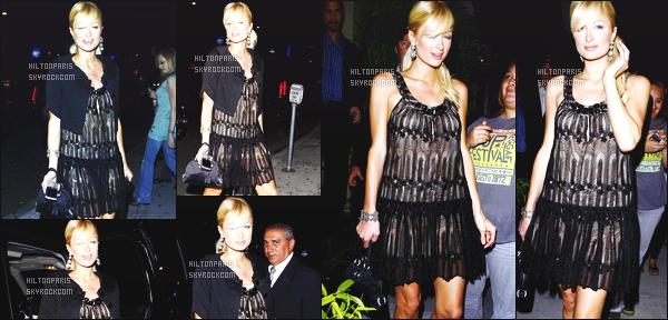------- 10/07/07: Notre belle  Paris Hilton  photographiée allant dans la soirée manger au restaurant Koi  à Los Angeles.  Petit flop pour la tenue, on dirait une nuisette elle a fait tellement mieux. Je n'aime pas non plus la coiffure   tirer dont je ne suis pas  fan. -------