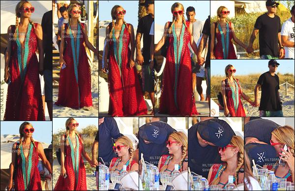 ------- 11/08/17: Notre princesse    Paris Hilton  photographiée  en fin de  journée en promenade  sur les plages de   Ibiza.    Elle est accompagnée de son amoureux Chris. J'aime assez cette tenue surtout les couleurs assez sombre. Top  pour ses lunettes de soleil.    -------