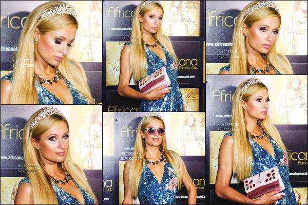------- 18/08/17: La princesse  Paris Hilton  photographiée souriante  assistant à la grande soirée de   Africana    -  à Amalfi.    Elle a mixait dans cette boite de nuit donc quelques photos avec des fans. J'adore tellement ses tenues surtout la tenue quand elle mixte.    -------