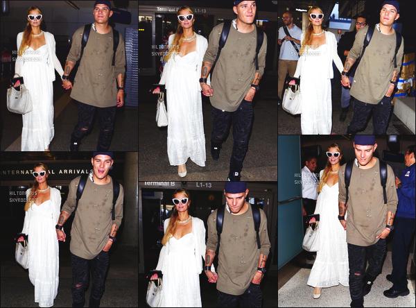 ------- 21/08/17:  Miss Paris Hilton  photographiée arrivant à l'aéroport de LAX avec Chris dans la soirée -  Los Angeles. J'aime  assez la tenue assez simple. La robe blanche si longue lui va tellement bien. Je suis tellement fan aussi de ses lunettes de soleil. -------