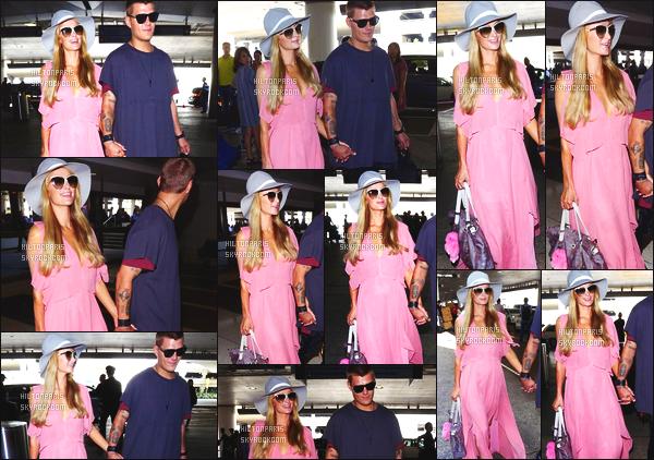 ------- 25/08/17:  Miss Paris Hilton  photographiée arrivant à l'aéroport de LAX avec Chris dans la journée - Los Angeles. J'aime  assez la tenue assez simple. Cette robe rose  si longue lui va tellement bien. Je suis  tellement fan  aussi de se chapeau que j'adore. -------