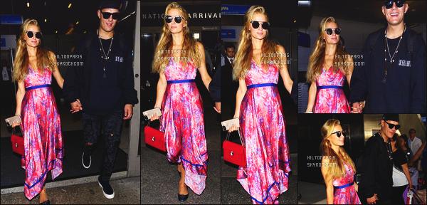 ------- 28/08/17:  Miss Paris Hilton  photographiée arrivant à l'aéroport de LAX avec Chris dans la soirée -   Los Angeles.  Gros flop pour cette tenue, je n'aime pas trop les motifs, les couleurs et la longueur. Elle est toute souriante ca fait vraiment plaisir à voir. -------