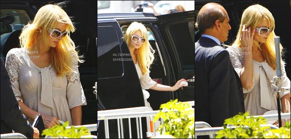 ------- 27/06/07: Belle  Paris Hilton  photographiée arrivant à l'extérieur du plateau de télévision de CNN   -  Los Angeles.  Bon désolé on ne voit pas la tenue entiére, mais j'aime assez se   haut simple et gros top pour les lunettes de soleil, top pour la coiffure. -------
